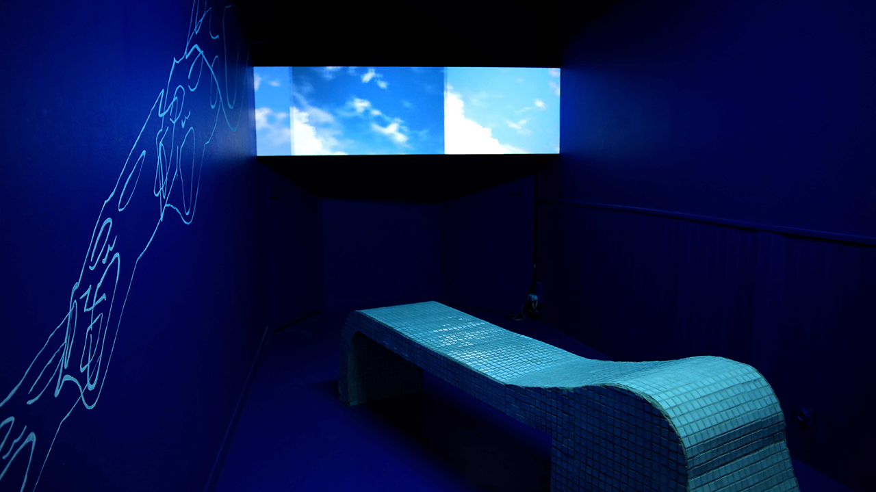Blue room, bench/sculptore, video, wall drawing